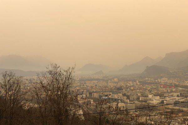 Le jaune du ciel Grenoblois ne vient pas de la pollution ce 6 février 2021.