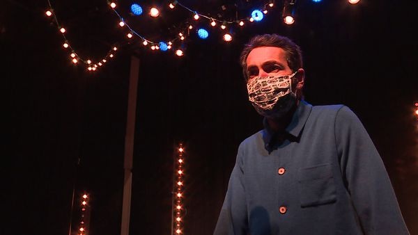 Avant et après la scène, le masque reste obligatoire