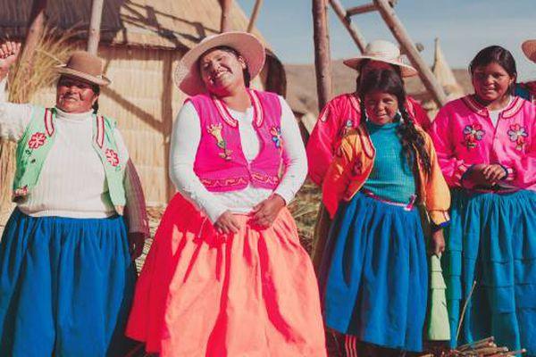 Femmes péruviennes en habit traditionnel
