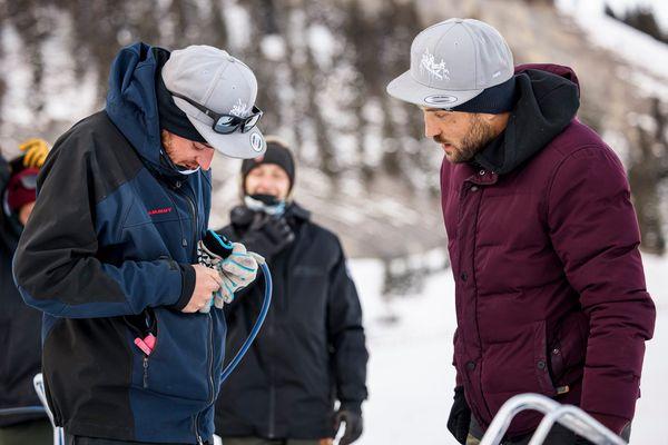 Saype et son équipe confrontés à des soucis techniques liés au froid pour tracer leur oeuvre sur la neige.