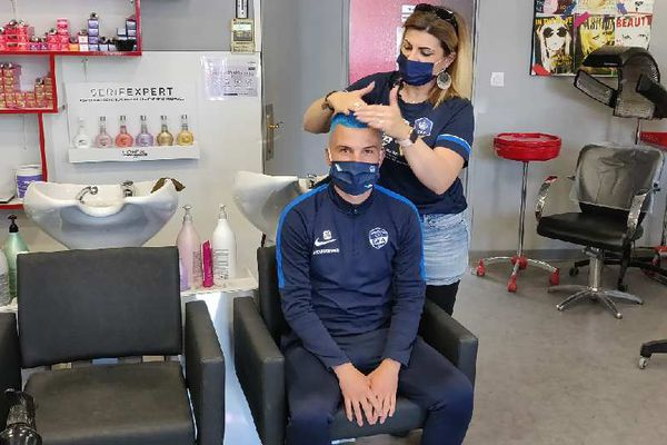 Magali Jarrier, coiffeuse à Rumilly, avec Damien, commentateur de matchs pour la radio locale Ephémère.