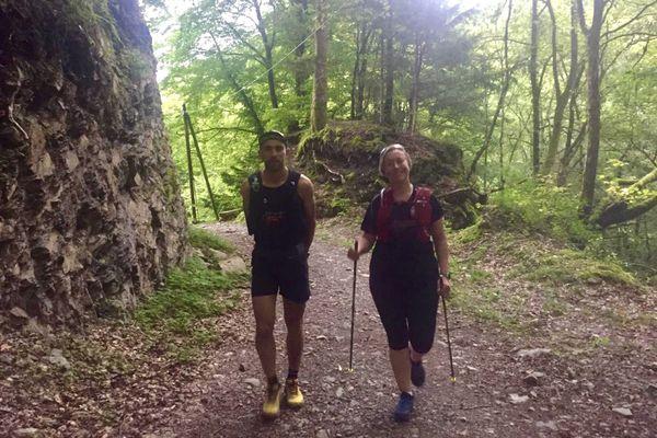 Damien Longet accompagné de Marie, atteinte par la sclérose en plaques, sur les premiers kilomètres du parcours.