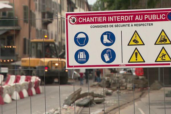 La circulation est perturbée dans le centre-ville à Annecy en raison des travaux de reconstruction du pont Albert Lebrun